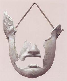 """Máscara teatral femenina """"Rostro femenino de mujer joven y expresión trágica. La obra se elaboraba en positivo en el molde y el negativo interno se acoplaba a la superficie de la cara del portador de la máscara."""" Información y Foto tomadas de Almendron."""