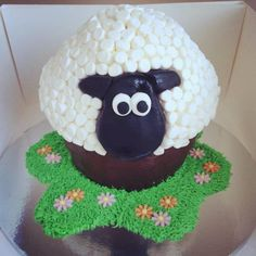 Sheep cake made with giant cupcake mould - fab! Giant Cupcake Mould, Big Cupcake, Giant Cupcake Cakes, Cupcake Ideas, Sheep Cupcakes, Sheep Cake, Cute Cakes, Yummy Cakes, Giant Cake
