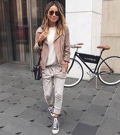 Casual city break outfit, neutral tones