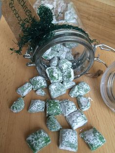 Make woodruff candy yourself- Waldmeisteronbons selber machen Make woodruff candy yourself - Dessert Sushi, Chocolates, Candy Sushi, Diy Food Gifts, Food Club, Le Diner, Pudding Recipes, Candy Recipes, Confectionery