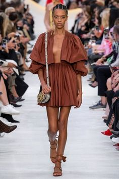Valentino ready-to-wear spring/summer 2020 - Vogue Australia 382102349639162514 - 2020 Fashions Woman's and Man's Trends 2020 Jewelry trends Valentino Rockstud, Valentino 2017, 2020 Fashion Trends, Fashion 2020, Fashion Week, Spring Fashion, Women's Fashion, Minimalist Dresses, Minimalist Fashion