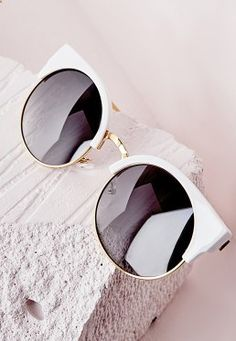 Sunglasses Quality - Lunettes de soleil demi-monture blanche - I am sure that many times you have wondered if your sunglasses are good, if you have the protection against the ultraviolet that promises the seller and / or manufacturer Cute Sunglasses, Ray Ban Sunglasses, Cat Eye Sunglasses, Sunglasses Women, Sunnies, Sunglasses Outlet, Trending Sunglasses, Mirrored Sunglasses, Wooden Sunglasses