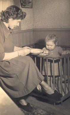 Het was toen heel normaal dat de vrouw thuis bleef voor de opvoeding van de kinderen. Kindje in een houten box/loophek.....