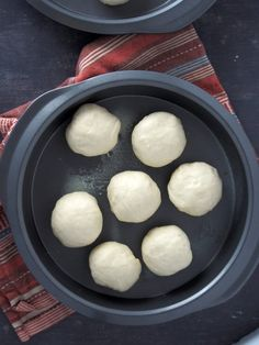 Pan de Siosa, a soft, pull part bread topped with generous toppings of butter, sugar and cheese! It is a delightful bread that you will surely make again and again. Filipino Bread Recipe, Filipino Food, Lucia Buns Recipe, Ensaymada Recipe, Bread Dishes, Coconut Recipes, Bread Rolls, Dough Recipe, Love Cake