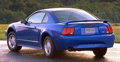 """Ford Mustang Mark 4 (1994-2004)<br><br>Quarta geração do Mustang surgiu em 1994 e teve apenas opções de motores V6 e V8, sempre nas carrocerias cupê ou conversível -- foi na quarta geração que o carro da Ford se consolidou como """"esportivo"""" e abandonou características que não faziam sucesso (como a carroceria hatchback e os motores 4-cilindros)"""