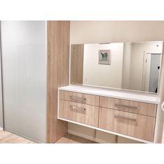 Шкаф-купе, комод и зеркало в прихожей.