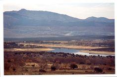 Perfil de la mujer muerta, cuyo pico es la peña de la Cabra (1896 metros sobre el nivel del mar), y a sus pies, el pantano de Riosequillo