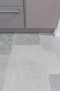 Bourgondische dallen niveaux de gris Kitchen Floors, Forest House, Home Deco, Tile Floor, Tiles, Flooring, Interior Design, Kitchens, Home