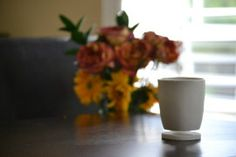 Tigere Chiriga, a North Carolina-based entrepreneur, has designed a floating mug with its own coaster. Floating Mug, Really Cool Gadgets, Geek Gadgets, Tea Stains, Dark Roast, Furniture Arrangement, Tea Mugs, Cup And Saucer, Tea Time