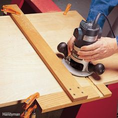 Favorite Shop Tips Using a T-square router fence.Using a T-square router fence. Woodworking For Kids, Router Woodworking, Woodworking Workshop, Woodworking Techniques, Woodworking Projects Diy, Woodworking Furniture, Woodworking Tools, Woodworking Jigsaw, Router Projects