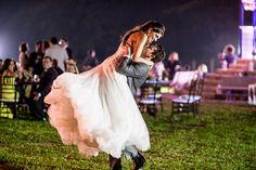 Esta foto ficaria linda numa moldura, não é mesmo? Mas, pensando bem, todas as outras também. :D Olha só: http://www.valwander.com/blog/flavia-mario/  #festa #casamento #valwander #noivos #românticos #fotografiasemocionantes #apaixonados #casamentobh #casamentobelohorizonte