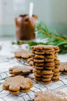 spekulky plněné čokoládovým krémem Christmas Cookies, Almond, Desserts, Food, Xmas Cookies, Tailgate Desserts, Deserts, Christmas Crack, Christmas Biscuits