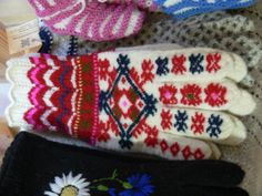 "Estonian gloves, lace cuff and ""roositud""/inlay knitting technique"