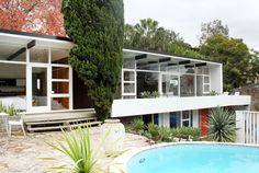 Rosso exterior Welcome to Tim Ross Mid Century House in Sydney - Architecture DesignART Mid Century Modern Design, Modern House Design, Modern Interior Design, Modern Exterior, Exterior Design, Mid Century Exterior, Modern Pools, The Design Files, Mid Century House