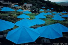 Christo und Jeanne-Claude - Umbrellas Blue (1984-1991)