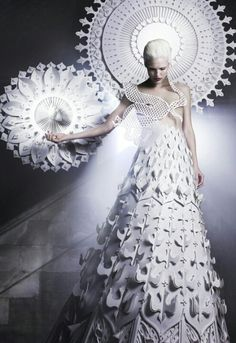 Madonna by Makerie Studio. Amazing paper layered and cutout dress and halo. Photographer Luke Kirwan, published in 125 Magazine. Paper Fashion, Fashion Art, Fashion Design, White Fashion, Madonna, Paper Clothes, Paper Dresses, Mode Costume, Mode Editorials