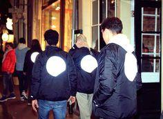Speciaal voor de Amsterdamse Museumnacht op 7 november 2015 hebben FreshCotton, Ontour en de organisatie van de museumnacht de handen ineen geslagen voor een toffe collab. De zwarte jas die hier uit voort kwam is op meerdere plaatsen voorzien van logo's en heeft een grote, incomplete cirkel op de rug. Al deze aspecten zijn daarbij reflecterend en daarmee zeer geschikt om op te vallen in de donkere nachten.In het volledige lookbook hier op DopArt vind je de jas op de lichamen van o.a…