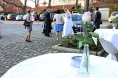 das Brautpaar trifft an der Hochzeitslocation ein