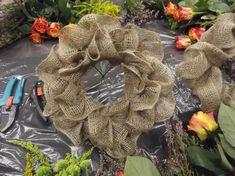 Bardzo lubię układać bukiety na kryzach.   To świetny sposób, by z niewielkiej ilości kwiatów wyczarować coś ciekawego i nietypowego a prz...