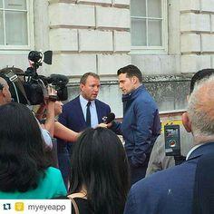 Henry em Premier de @themanfromuncle hoje em Londres Créditos em tela