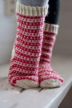 Viime kesänä  Pujoliivi -blogissa oli kauniin yksinkertaiset kirjoneulesukat  ja vastaavia on näkynyt muissakin blogeissa syksyn ja talven a... Fair Isle Knitting, Knitting Socks, Knitting Stitches, Hand Knitting, Knitting Patterns, Crochet Slippers, Knit Or Crochet, Woolen Socks, Norwegian Knitting