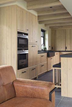 Landelijke keuken vervaardigd uit massief eik, met zwarte accenten. Kitchen Dinning Room, House, Kitchen Remodel, Interior Design Kitchen, Kitchen Room Design, Barn Interior, Home Kitchens, Cosy Kitchen, Kitchen Design