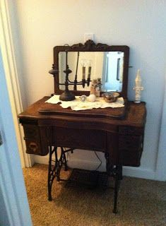 old sewing machine with mirror Old Sewing Machine Table, White Sewing Machine, Sewing Machine Projects, Treadle Sewing Machines, Antique Sewing Machines, Furniture Projects, Furniture Makeover, Old Sewing Cabinet, Sewing Tables