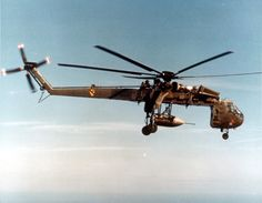 "Sikorsky Tarhe (""Big Mother"") - Cavalry Division carrying a ""Daisy Cutter"" parachute bomb (Commando Vault Program), Vietnam, October Helicopter Plane, Helicopter Pilots, Military Helicopter, Military Aircraft, Vietnam History, Vietnam War Photos, Erickson Air Crane, Airplane History, Air Festival"