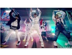"""Los cinco apuestos integrantes del grupo JJCC mostraron dos versiones diferentes de los movimientos de baile de su nuevo track, ¡""""Fire""""! El primero, es una práctica de baile normal en el que los mi..."""
