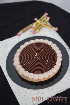Ma tarte tourbillon aux parfums d'enfance ( Carambar, vanille et noisette) Decoration Patisserie, Dessert Decoration, Cake Lettering, Number Cakes, Tourbillon, Food And Drink, Birthday Cake, Snacks, Hui