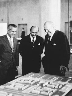 Lucio Costa (centro) e Mies van der Rohe (dir)