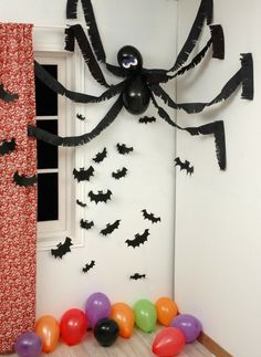 Spinne basteln – 60 krabbelige Halloween Deko Ideen zum Selbermachen What a scary great Decoration. Halloween Wall Decor, Easy Halloween Decorations, Halloween Crafts For Kids, Creepy Halloween, Kids Crafts, Wall Decorations, Scary Witch, Anime Halloween, Halloween Table