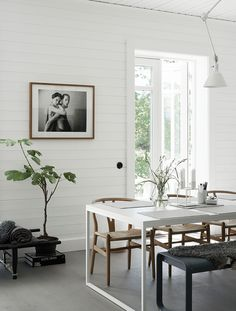 Home Interior De Mexico Another Peek Into the Impeccably Decorated Home of Swedish Stylist Pella Hedeby - NordicDesign Interior De Mexico Another Peek Into the Impeccably Decorated Home of Swedish Stylist Pella Hedeby - NordicDesign Decoration Inspiration, Dining Room Inspiration, Dining Room Lighting, Dining Room Chairs, Dining Rooms, Minimalist Dining Room, Minimalist Decor, Modern Minimalist, Esstisch Design
