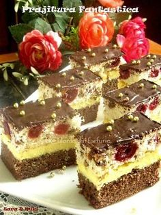 Prajitura Fantastica este o prajitura cu crema de vanilie intre doua blaturi, unul de cacao si altul din albusuri cu nuci si cirese ( visine ) din compot, iar vara le folosit proaspete.