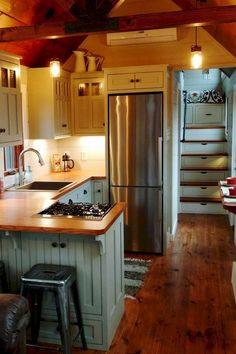 Best inspire small kitchen remodel ideas (17) Tiny House Luxury, Best Tiny House, Modern Tiny House, Tiny House Plans, Tiny House On Wheels, Tiny House Design, Home Design, Tiny House With Stairs, Tiny Cabin Plans