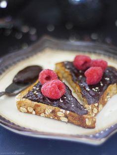 Fudgeyキャロブ麻バター(生&無料から:グルテン&穀物、乳製品、ナッツ、油を加え、洗練された砂糖)  麻の実ナッツ 1/2カップ  メープルシロップ 大さじ2と1/2  キャロブパウダー 大さじ2  バニラエッセンス 少々 ※  バニラビーンズ 少々 ※  塩 小さじ1/4 応用編: おこのみでバナナ1/4本を加えるとよりクリーミー ※バニラはなくても良いと思います。あればよりリッチな風味 保管は冷蔵で。 バナナを入れると早めに食べ切っったほうが良いですね。