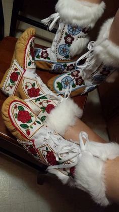 Fur lined beaded moccasins Native Beading Patterns, Native Beadwork, Native American Beadwork, Beaded Moccasins, Bead Sewing, Native Design, Nativity Crafts, Native Style, Baby Boots