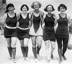 vintage everyday: 23 Interesting Vintage Photos That Show How Swimsuits Evolved from the Victorian Era to the Bikini Age Vintage Bathing Suits, Vintage Swimsuits, Retro Swimwear, Vintage Bikini, Vintage Outfits, Vintage Fashion, Fashion 1920s, Fashion Women, Bathing Costumes