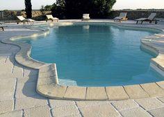 Realizzare pavimenti in pietra ricostruita per i bordi piscina, resistenti agli acidi, con ottimo grip, senza alcun trattamento. Vecchia Chianca è un pavimento Primiceri (www.primiceri.com)