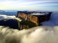 Mount Roraima is one of the oldest geological formations on Earth (2 millions years old). #venezuela #roraima