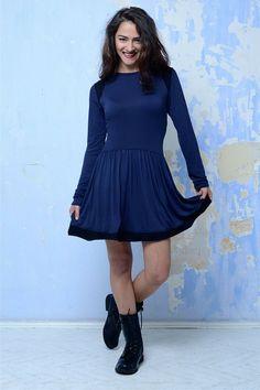 Tmavě modré šaty se vsadkami