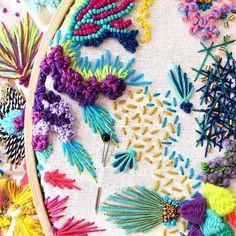 Más detalles de mis bordados💖⭐️ aún quedan cupos para el martes 27⭐️ para que aprendan todos estos entretenidos puntos !… Diy Embroidery Art, Abstract Embroidery, Creative Embroidery, Embroidery Fashion, Modern Embroidery, Hand Embroidery Designs, Embroidery Stitches, Embroidery Patterns, Machine Embroidery