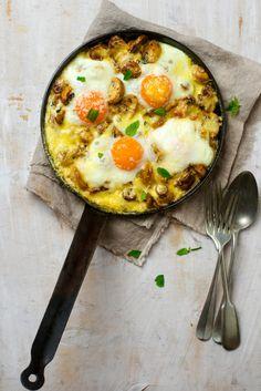 Грибы в сковороде с яйцами