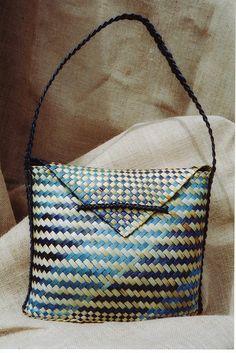 nga kahurangi by Maua Aotearoa, via Flickr Flax Weaving, Weaving Art, Weaving Patterns, Maori Designs, Home Decor Baskets, Maori Art, Purse Wallet, Handbag Accessories, Woven Fabric