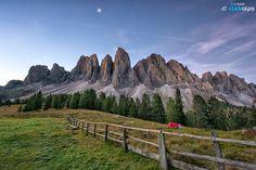 Risvegli ... ai piedi delle Odle  #clickalpsphotography #clickalps #manfrotto #italy #tripod #nikonmoments #photography #photo #nature #colour #sunrise #mountaineering #wildlife #alps #alpen #landscape #moon #morning #unescoCULTURE #dolomites #dolomiti #alpen #odle #alba #valdifunes #funes