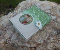 Zápisník *Zamilovaní* Zápisník A6 v šitém obalu s krásným nažehlovacím motivemodVenia Zapínání na bílé kožené poutko Ušité z kvalitní pevné režné látky a vzorované zelené Ozdobeno zelenou krajkou Pevně vyztužené nažehlovacím plátnem Linkovaný zápisník , 100 listů Rozměry: obal zápisníku široký 12,5 cm , vysoký 15,5 cm Další šité výrobky s ...