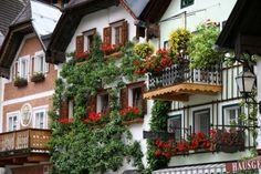 ハルシュタットの風景:<br />ハルシュタットの山と湖の織りなす景観はヨーロッパ屈指の景勝地である。1,997年世界遺産に登録。村の人口は僅か1,000人程度と云われている小さな村である。中心地のマルクト広場まで湖畔をゆっくり歩いて30'ばかり、窓辺に美しい花鉢を飾った古い家並みが湖面に映り美しい!昨夜の雨も上がり早朝の霧の中に浮かぶ教会の姿など幻想的な美しさを醸し出している・・こんな写真を撮りに来る人も多いそうだ。<br /><br />詳細は<br />http://yoshiokan.5.pro.tok2.com/<br />旅いつまでも・・<br /><br />をご覧下さい。