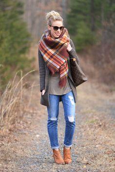 Предлагаю 9 способов завязывания шарфов, которые легко и просто повторить.     Способ 1. Завязывание шарфа в один оборот   Накиньте шарф на шею сзади так, чтобы один конец был длиннее другого где-то в 2 раза. Длинный конец оберните вокруг шеи один раз. Теперь отрегулируйте шарф, чтобы петля была свободной, при необходимости красиво расправьте ее руками.             Способ 2. Завязывание шарфа с ушками   Начало такое же, как и в предыдущем способе завязывания шарфа, наденьте его на шею…