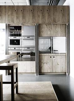 Une cuisine compacte - vantaux coulissants #wood #kitchen #closeable