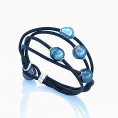 5 perles de Tahiti aux teintes variant entre bleu clair et vert-rosé, allié à l'argent 925 Kara